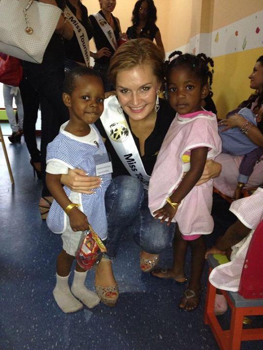 Michaela Haladová s africkými dětmi.