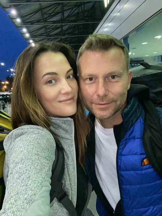 Společnost jí dělá partner Michal Valenta a parta přátel.