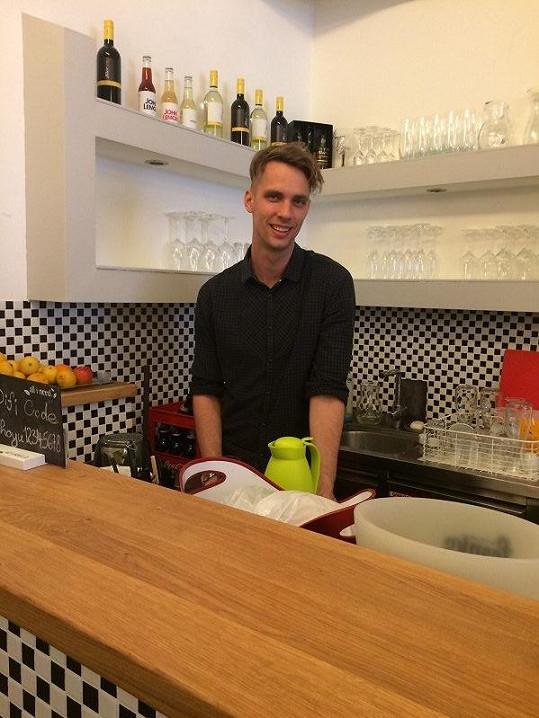 Aby si zdokonalil němčinu, pracuje v japonském baru.