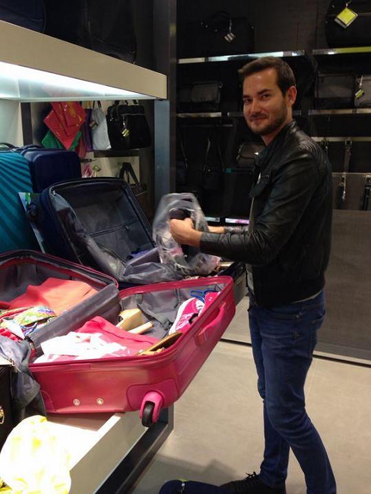 Stylista Lukáš Kimlička chystá dívkám náhradní kufry.