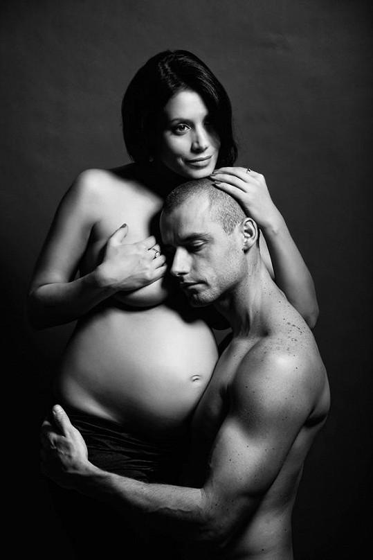 Adéla Taş s přítelem při těhotenském focení.