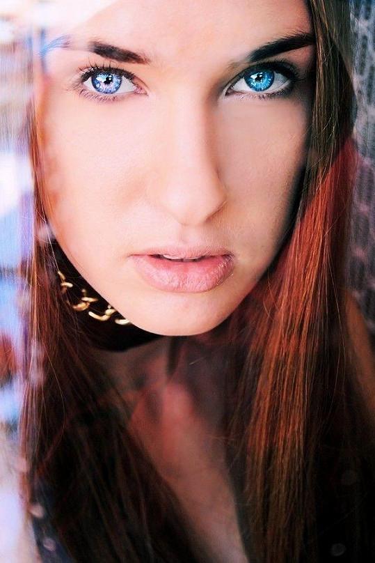 Šárka a její pohled sytě modrých očí.