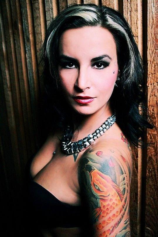 Tereza Návratová má tetování po celé paži až na záda.