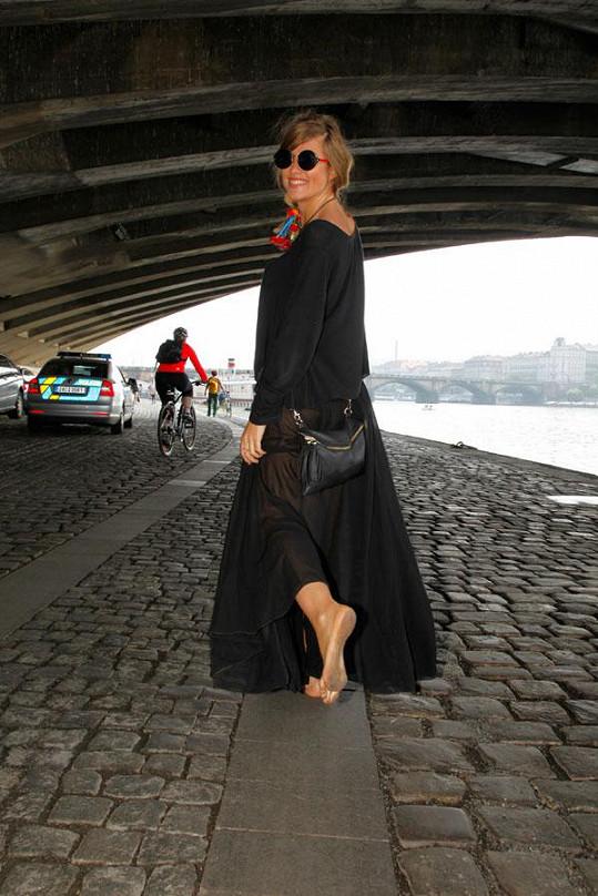 Emma Smetana se bosá vydala na procházku Prahou.