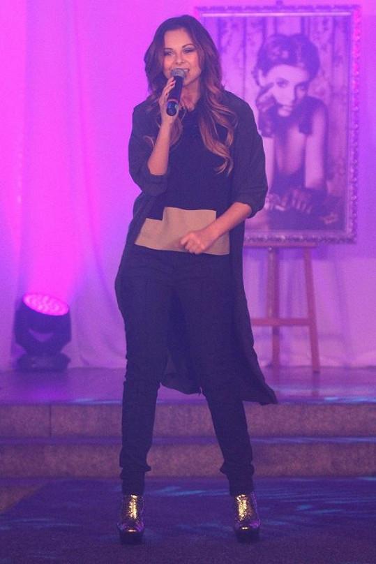 Monika na křtu kalendáře zazpívala.