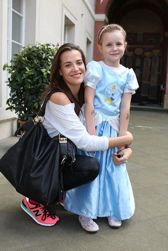Kateřina Sokolová vzala šestiletou sestru.