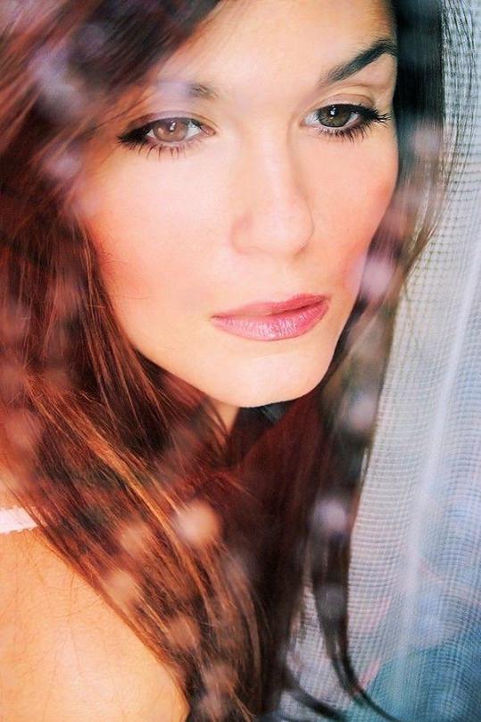 Modelka má nádherné oči.