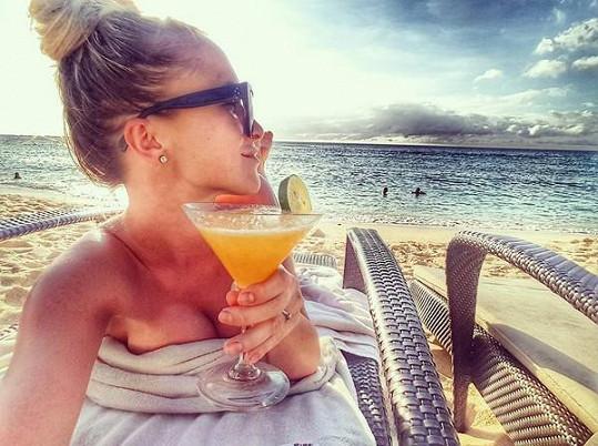 Po náročném cestování odpočinek na pláži s drinkem