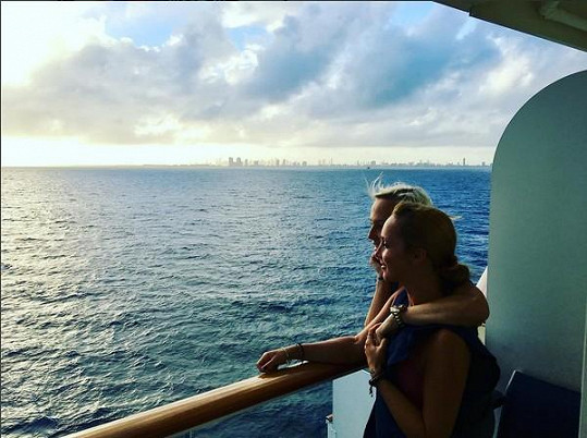 S rodinou a přáteli velmi často a ráda z domovského Miami vyplouvá na plavby zaoceánským parníkem.
