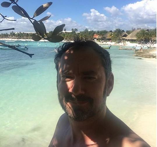 Na dovolené se Lucie sluní s partnerem Emanuelem Ridim.