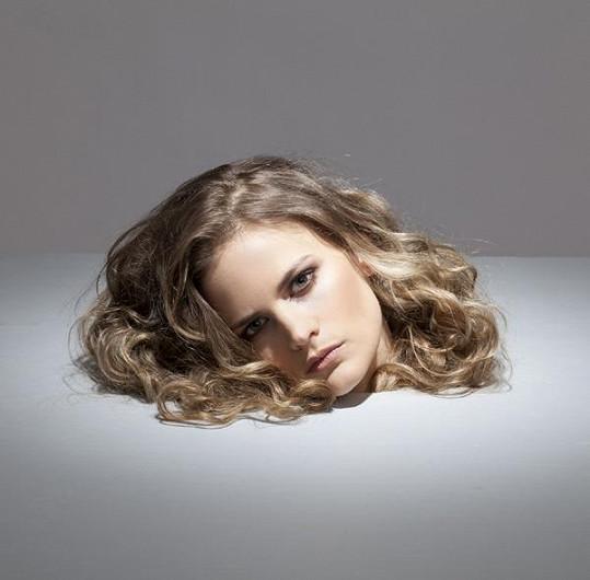 Vladivojna na snímku Tona Stana, kde vypadá, jako by měla useknutou hlavu.