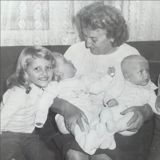 Tereza s babičkou Boženou a dalšími příbuznými.