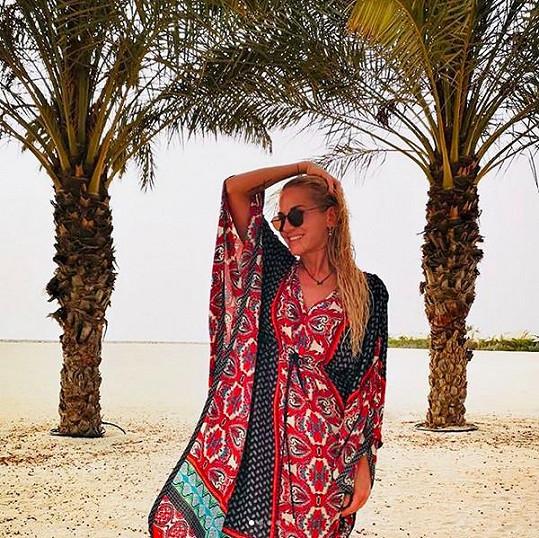 Stylový outfit s etno prvky na pláž patří.