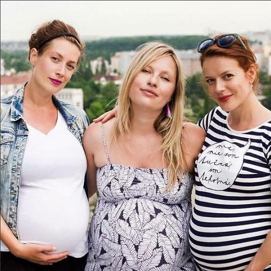 Andrea se svými těhotnými kamarádkami. Kolegyně Lenka Zahradnická (vlevo) porodila pár dní po ní dceru.