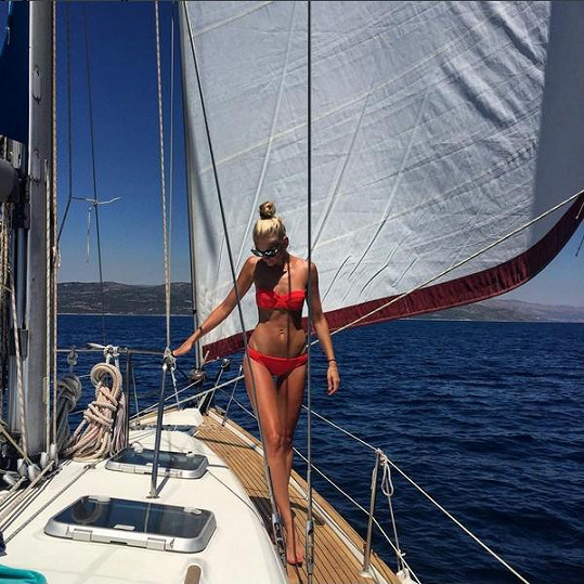 Zuzana Stráská vystavila své tělo na jachtě.