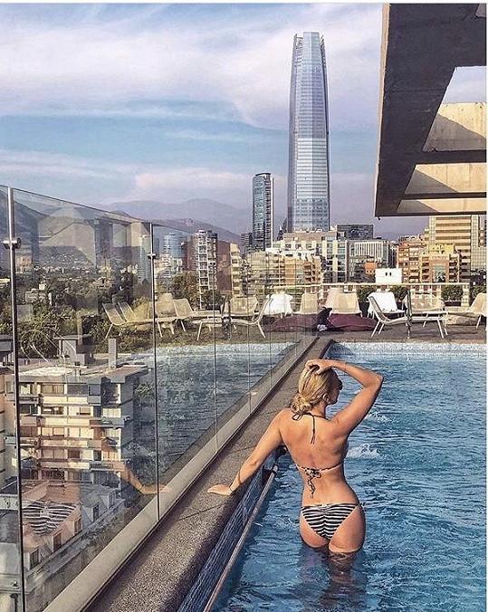 Renata si poslední den před odletem odpočinula v Chile u hotelového bazénu.