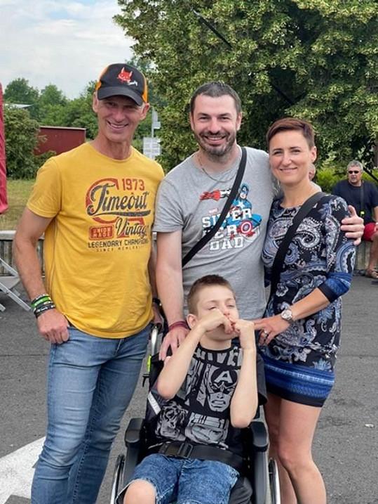 S nemocným Jiříkem a jeho rodinou, které podpořil.