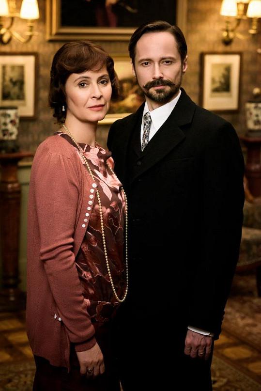 Manželku mu hraje Lenka Vlasáková.