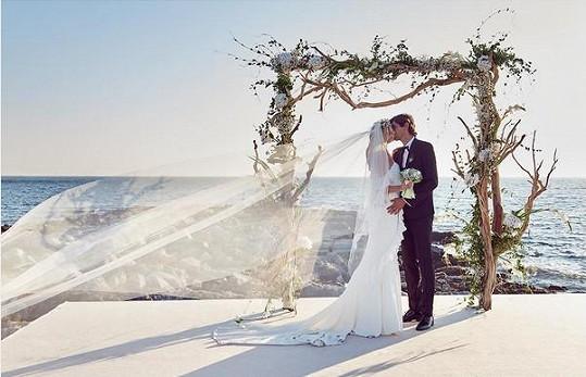 """""""October first"""", tedy v překladu """"První říjen"""". Takto stručně komentovala Maxová svou svatební fotku."""
