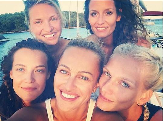 Sokolová, Langmannová a Stráská s kamarádkami během plavby