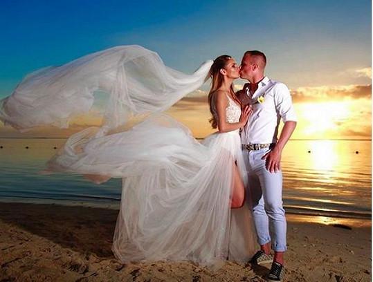 Lenka a David se pochlubili svatební fotografií.