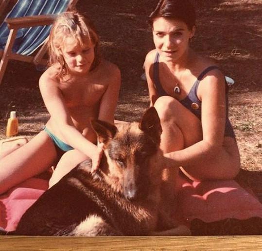 Anna K (vpravo) a její sestra na archivní fotce z prázdnin