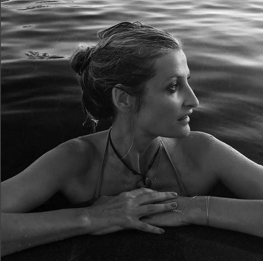 Vypadá skvěle i zmáčená v bazénu.