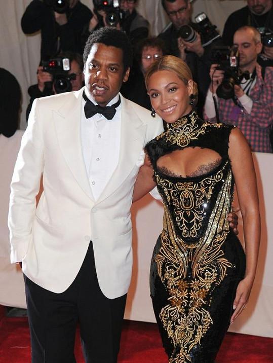 Sexy zpěvačka v doprovodu svého manžela Jay-Z na galavečeru Costume Gala Institute 2011.
