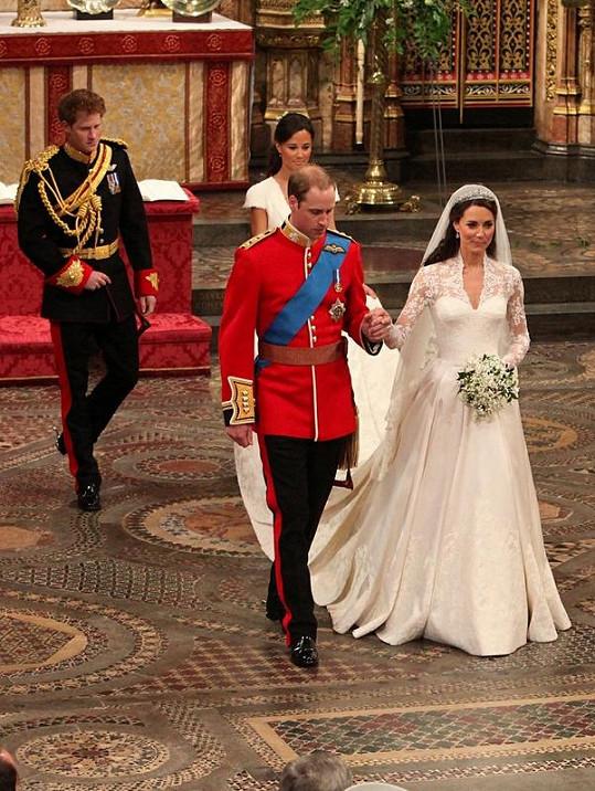 Šaty nevěsty Kate od Sarah Burton se dočkaly uznání módních specialistů, jsou však zřejmě jen kopií.