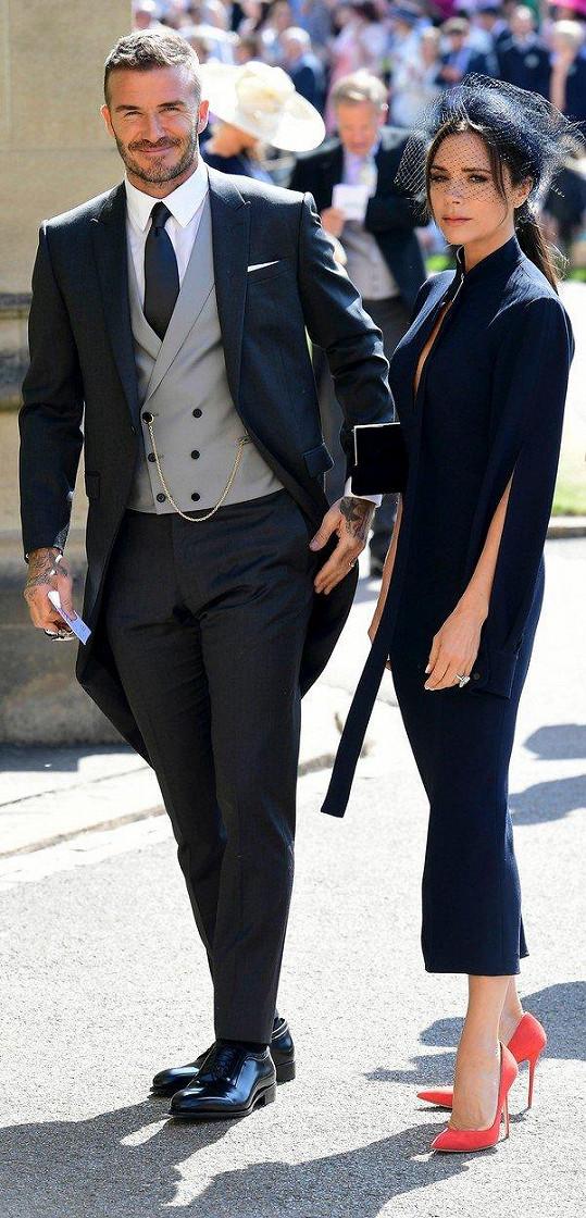 Victoria a David Beckhamovi chtějí prodejem modelů, které oblékli na svatbu prince Harryho a Meghan Markle pomoci dobré věci.