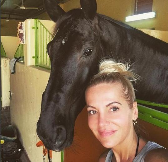 Každé ráno vyráží Laura na projížďku na koních a Dara ji při tom pozoruje.