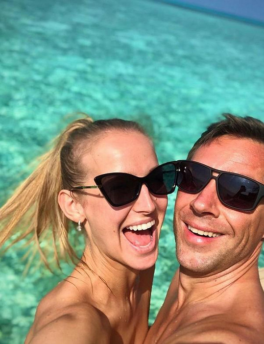Dvojice vyrazila na Maledivy.