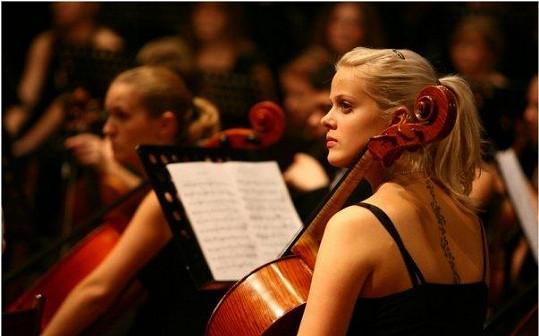 Terezie Kovalová s violoncellem.