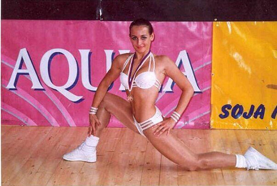 V mládí soutěžila ve fitness aerobiku.