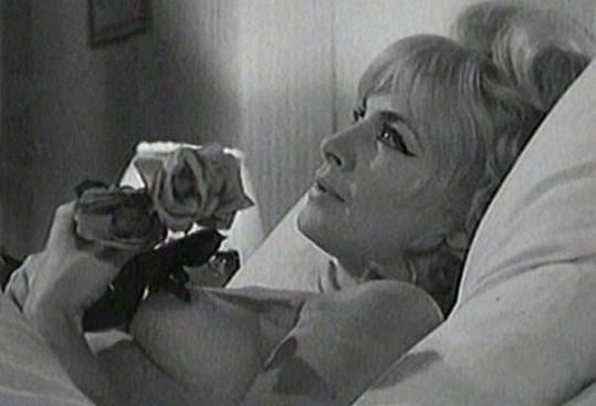 Milena Dvorská odhalila ňadro ve filmu Pražské noci.