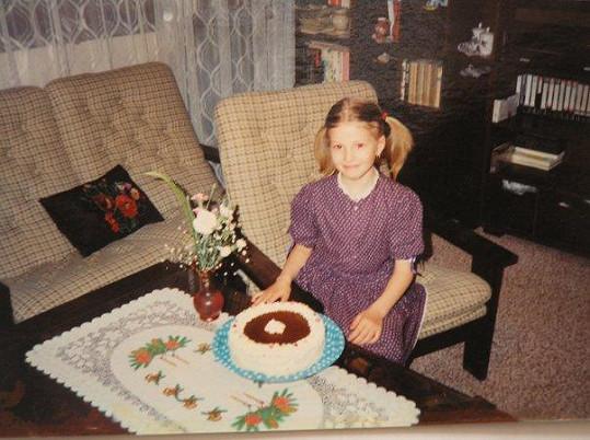Inna během oslavy narozenin. Fotka byla pořízena v Broumově, v bytě sousedů Inniny rodiny.