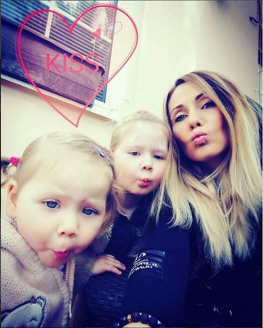Vítázková s dcerami Barborkou a Rozárkou, které jsou také nemocné.