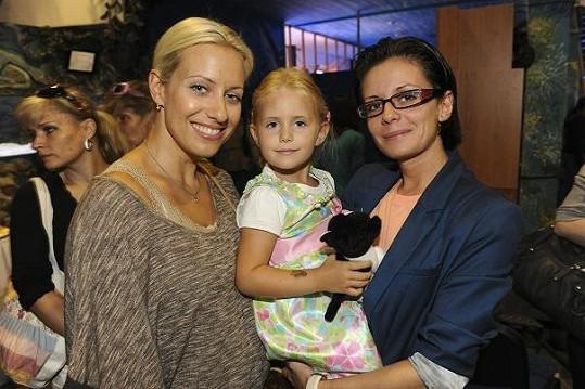 Malá Emily (s maminkou Terezou Mátlovou a produkční Jájou) se pochlubila dalšími novými šaty.