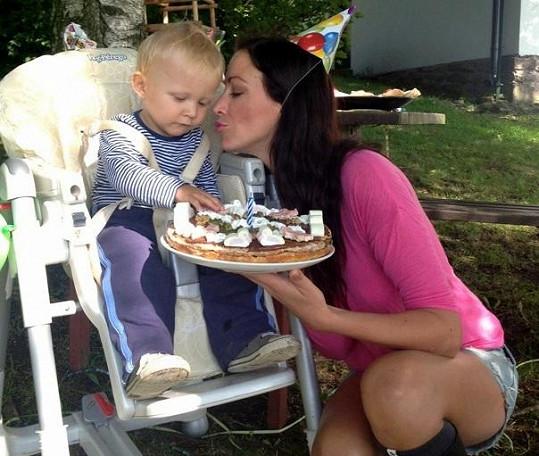 Kryšpín dostal od maminky dort a sladkou pusu.