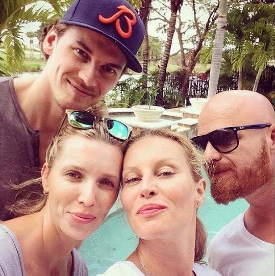 Modelka pobývá s manželem v domě přátel, hokejisty NHL Tomáše Kopeckého a jeho ženy Marie.