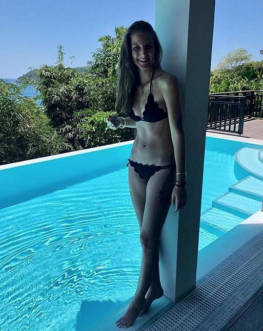 Karolína Plíšková u bazénu