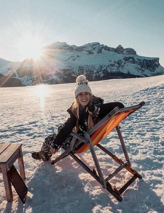 Kotková si užívá v italských Alpách.