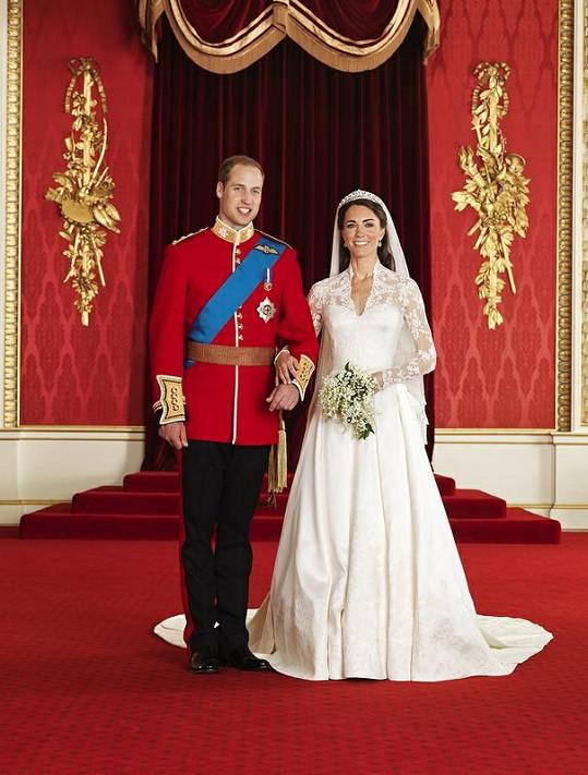 Na svatební fotografii to novomanželům moc sluší.