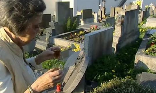 Takto si Jiřina Jirásková pokaždé připíjela s Jiřím Pleskotem a Zdeňkem Podskalským na malenickém hřbitově.