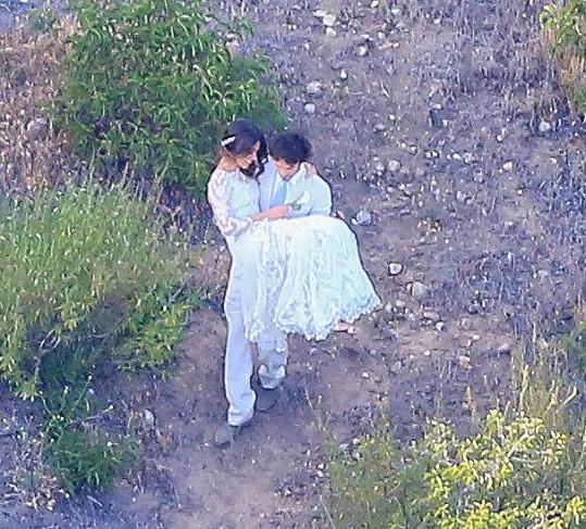 Ian nosil Nikki v náruči.