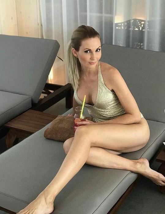 Moderátorka odhalila své dokonalé nohy.