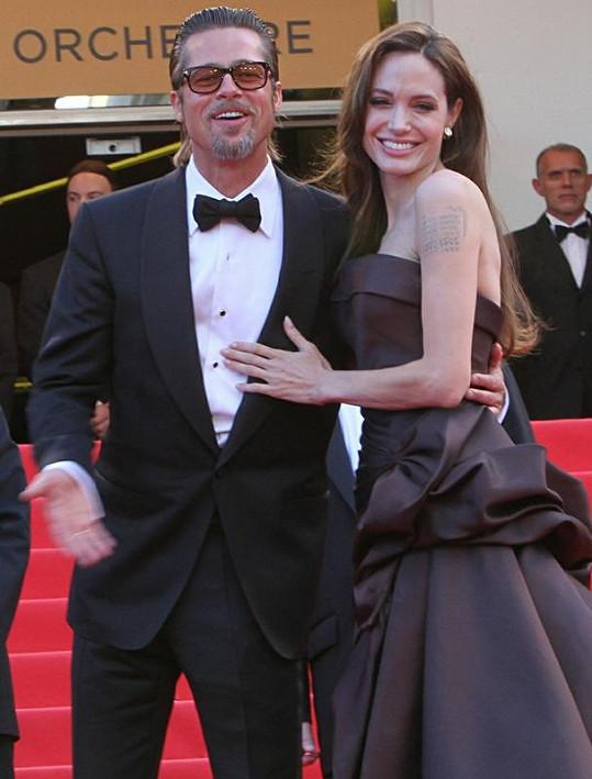 Angelina s Bradem prý zatím svatbu neplánují.
