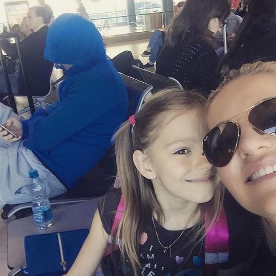 Dara, Laura a Patrik před odletem do Španělska na letišti.