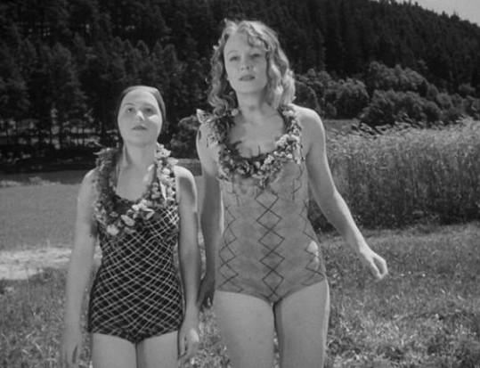 Stella Májová a Nataša Gollová v komedii Příklady táhnou.