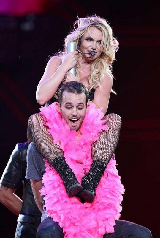 Mladý fanoušek byl hodně překvapený, když kolem jeho krku přistála Britney.